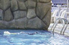 Het Aziatische schuim die van de jongensholding in de pool zwemmen stock foto's