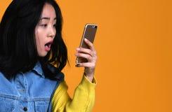 Het Aziatische stootkussen van het meisjesgebruik thuis, concept technologie, het werken, Internet enz. royalty-vrije stock afbeelding