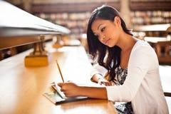 Het Aziatische student bestuderen Stock Fotografie