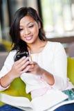 Het Aziatische student texting Stock Foto