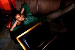 Het Aziatische tiener lachen en het letten op video op laptop Royalty-vrije Stock Foto's