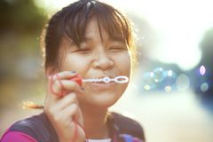 Het Aziatische tiener ontspannen met soepbel tegen mooi zonlicht royalty-vrije stock foto's