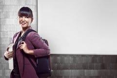 Het Aziatische universiteitsmeisje glimlachen Stock Foto's