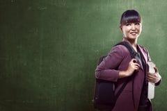Het Aziatische universiteitsmeisje glimlachen Royalty-vrije Stock Foto's