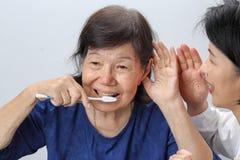 Het Aziatische verlies van het gehoor van de oudstenvrouw, Hard van hoorzitting royalty-vrije stock fotografie