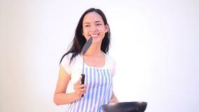 Het Aziatische vrouw geïsoleerd koken stock videobeelden