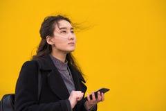 Het Aziatische vrouw openlucht lopen royalty-vrije stock foto's