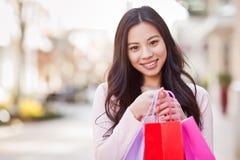 Het Aziatische vrouw winkelen stock afbeeldingen