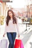 Het Aziatische vrouw winkelen stock foto