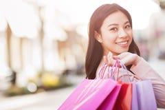 Het Aziatische vrouw winkelen royalty-vrije stock afbeelding