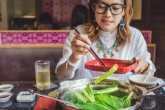 Het Aziatische vrouwen eten royalty-vrije stock fotografie