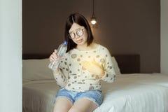 Het Aziatische vrouwen hebben of symptomatische terugvloeiingszuren, Gastroesophageal terugvloeiingsziekte, drinkwater royalty-vrije stock foto's