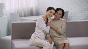 Het Aziatische vrouwen omhelzen, moederschap en dankbare dochter, gelukkige familievergadering stock video