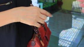 Het Aziatische vrouwen tellende bankbiljet en betaalt aan de andere mens stock videobeelden