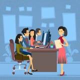 Het Aziatische Werk van de Bedrijfsmensengroep bij de Secretaresse van de Onderneemsterwith paper document van de Computerdesktop Stock Foto