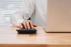 Het Aziatische zakenman of accountants werken richtend van de grafiekbespreking en analyse gegevensgrafieken en grafieken en gebr royalty-vrije stock foto's