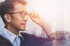 Het Aziatische zakenman denken en visie aan toekomstige zaken vector illustratie