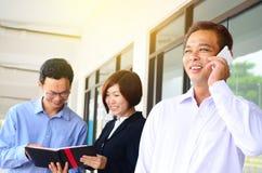Het Aziatische zakenman tallking op de telefoon royalty-vrije stock foto's