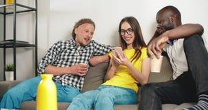 Het babbelen met vrienden stock video