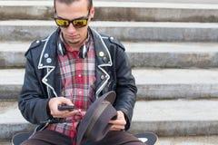 Het babbelen op mobiel Stock Foto