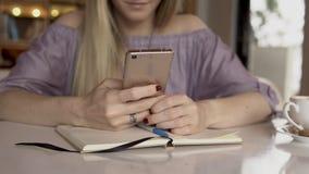 Het babbelen op smartphone Vrouw die Mobiele Telefoon met behulp van stock video