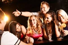 Het babbelen tienerjaren Stock Foto's