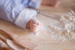 Het babybeen in bloem, jonge bakker werkt met bloem aan de keuken royalty-vrije stock fotografie
