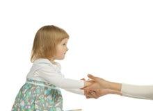 Het babymeisje dat haar handen bereikt aan de moeder Stock Afbeelding