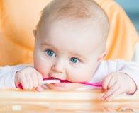 Het babymeisje gaat eten Royalty-vrije Stock Foto