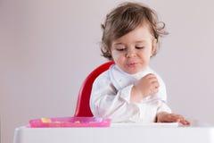Het babymeisje houdt van geen fruit Stock Afbeelding