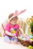 Het babymeisje kiest paaseieren Stock Fotografie