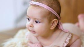 Het babymeisje ligt in mand stock videobeelden