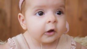 Het babymeisje ligt in mand stock video