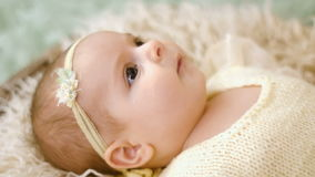 Het babymeisje ligt in mand stock footage