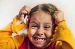 Het babymeisje maakt een grimas op haar gezicht royalty-vrije stock afbeeldingen