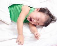 Het babymeisje schreeuwt Stock Afbeelding