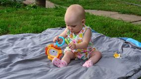 Het babymeisje van zeven maanden met cucmber stock video