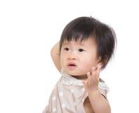 Het babymeisje vindt verwar Stock Foto's