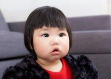 Het babymeisje voelt nieuwsgierigheid stock foto's