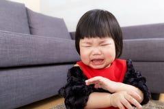 Het babymeisje wordt gekwetst stock foto