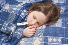 Het babymeisje is ziek met griep Stock Afbeeldingen