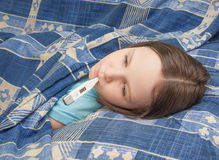 Het babymeisje is ziek met griep Royalty-vrije Stock Afbeeldingen