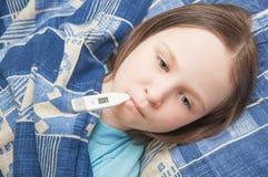 Het babymeisje is ziek met griep Royalty-vrije Stock Afbeelding