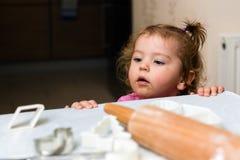 Het babymeisje zou koekjes willen maken Royalty-vrije Stock Fotografie