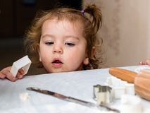 Het babymeisje zou koekjes willen maken Royalty-vrije Stock Foto's