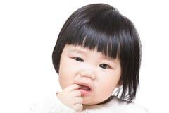 Het babymeisje zuigt vinger in mond royalty-vrije stock foto
