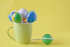 Het babyspeelgoed, het peuterspeelgoed of het zuigelingsspeelgoed zijn in een ceramische mok Royalty-vrije Stock Foto's