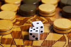 Het backgammon dobbelt royalty-vrije stock afbeeldingen