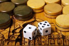 Het backgammon dobbelt royalty-vrije stock afbeelding