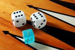 Het backgammon dobbelt en scheept in royalty-vrije stock afbeelding